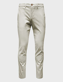 Nohavice essential khakis in slim fit with GapFlex